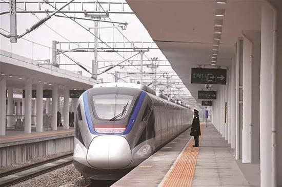 2017年12月26日拍摄的长株潭城际铁路长沙站站台。
