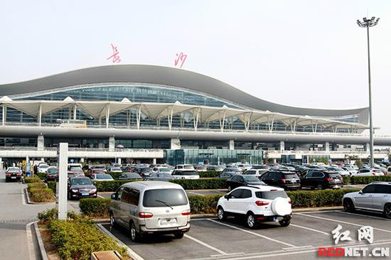 从2月14日零点起,长沙黄花国际机场停车场免费时间由原来的15分钟调整为30分钟。