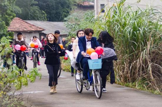 岳阳市云溪区一位新郎骑自行车迎娶新娘。