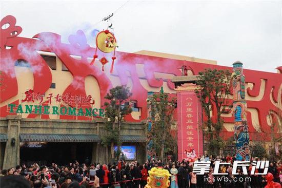 炭河古城里,人们逛新春大庙会,感受长沙年味。 长沙晚报记者 张洋子 摄