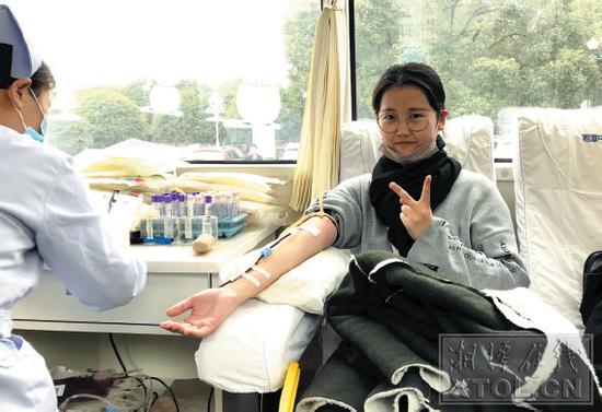 活动现场,大学生志愿者踊跃献血。