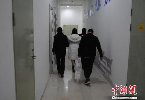 拖欠工人工资近34万元网上女逃犯在东莞被擒 本文图均为中新网图