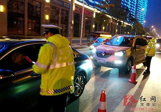 严查酒驾违法行为。