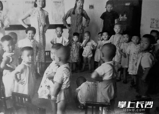 1951年,长沙市在职干部托儿所的老师们带着孩子们在跳舞。