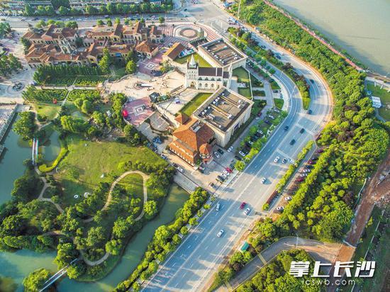 浏阳河西岸绿带,绿道造型丰富精致,是年轻人休闲游乐的最佳选择。