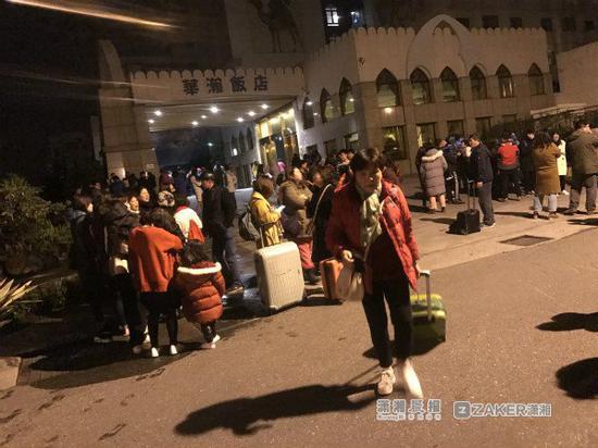 2 月 6 日晚上 23:50,湖南新康辉国旅领队周莎正准备关机睡觉,突然,地震了。