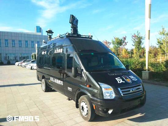 △反无人机指挥车的车顶架设了探测雷达、光电跟踪和无线电反制设备。