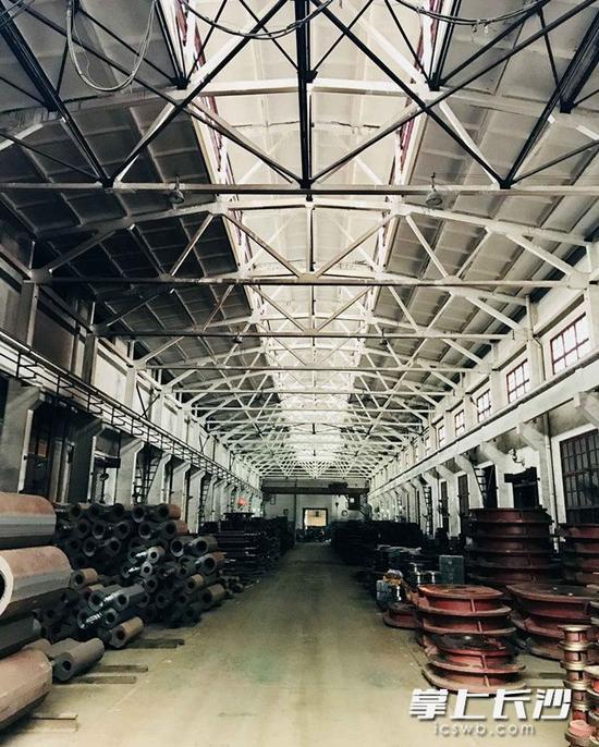 厂房内早已沉寂,等待着文创产业注入新的活力。