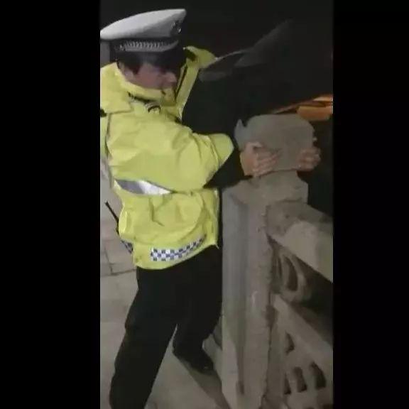 惊险万分!湘潭一男子欲跳桥轻生 民警飞身救人