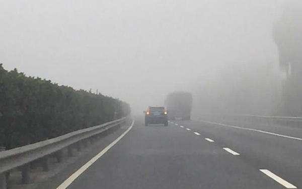 常德大雾致交通管制 乘客昏迷路政紧急开辟生命通道