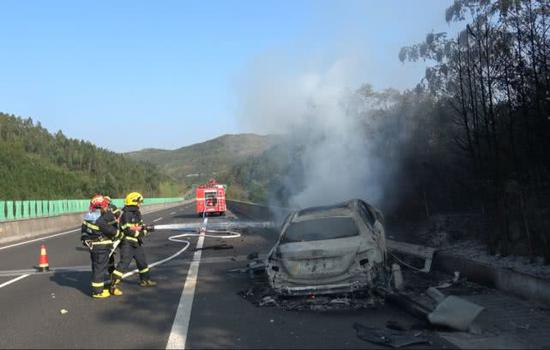 郴州高速一轿车撞上护栏起火被烧成空壳