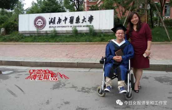 2015年6月,龚后武研究生毕业,离校时章小纯老师和他合影