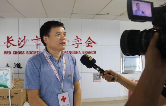 (长沙市红十字会党组成员黎跃刚接受媒体采访)