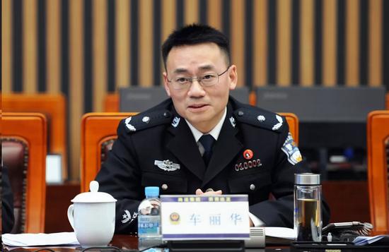 长沙市公安局党委副书记、常务副局长车丽华与参会代表交流
