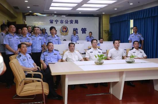与会人员在常宁市公安局执法监管中心参观学习-上半年成绩沉甸甸 下