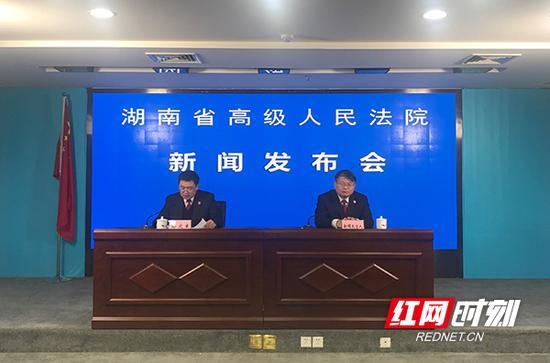 湖南高院党组成员、副院长邬文生(左一)发布新闻。