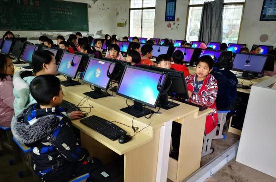 坛下乡天宝小学的孩子们在上信息技术课。