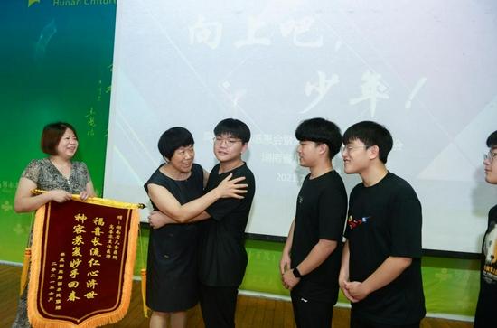 7 月 24 日,湖南省儿童医院,四胞胎一家为高喜容教授赠送锦旗。