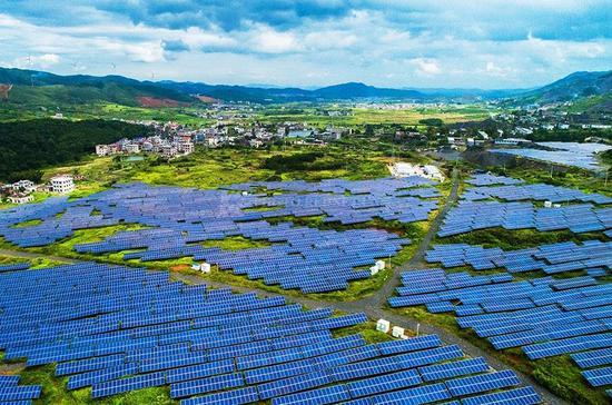 矿山上建600亩光伏发电场 成为靓丽风景
