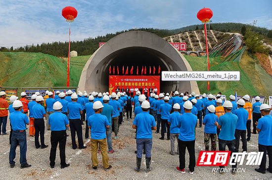 全长10153米的襄垣隧道安全胜利如期贯通。