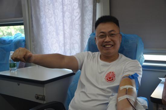 市青商会常务副会长罗永周带头参加献血