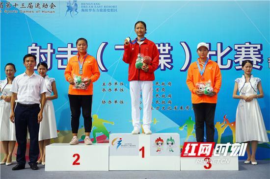 女子飞碟双向获奖选手和颁奖嘉宾合影。