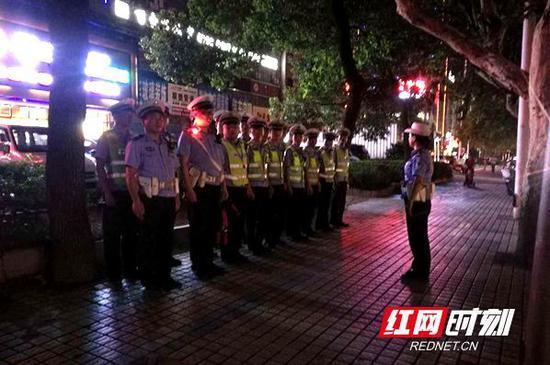 娄底交警开展安保维稳夜查行动。