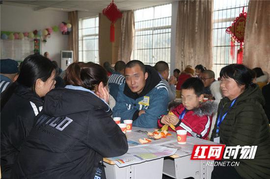 服刑人员与家属共进亲情午餐。