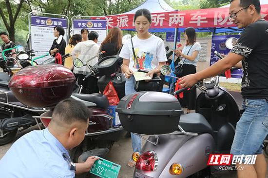 城关派出所干警热情地为前来备案登记的群众服务。