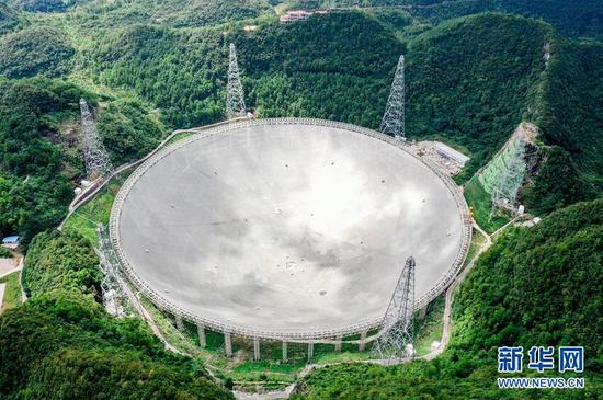 """2019年8月27日拍摄的""""中国天眼""""(检修期间拍摄)。经过近三年的紧张调试,""""中国天眼""""渐入佳境。截至目前,被誉为""""中国天眼""""的500米口径球面射电望远镜已发现132颗优质的脉冲星候选体,其中有93颗已被确认为新发现的脉冲星。 新华社记者 欧东衢 摄"""