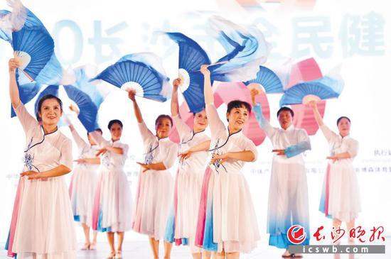 长沙市大力开展全民健身活动,越来越多的老百姓参与其中。 王志伟 摄