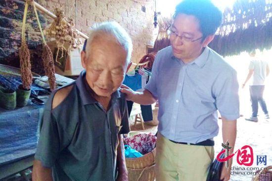 湖南衡阳市中心医院副院长李珍发博士和贫困户亲切交谈