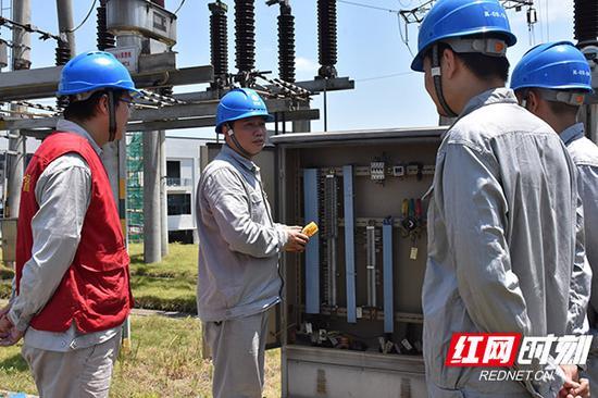 黄海波带领班组进行变电检修。