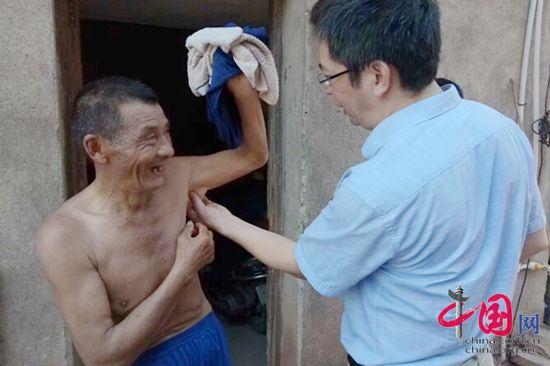 李珍发博士给贫困群众看病