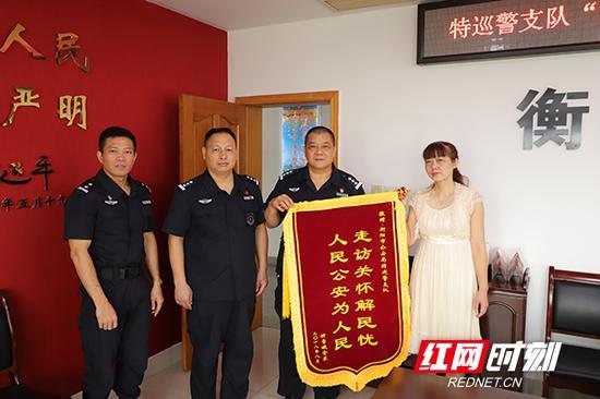 8月15日上午, 华侨钟大姐为特巡警支队送来锦旗。