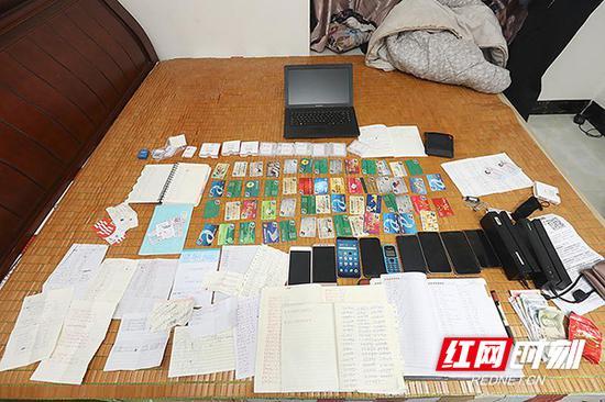 """民警在各个抓捕点缴获的作案工具和""""克隆""""的银行卡。"""