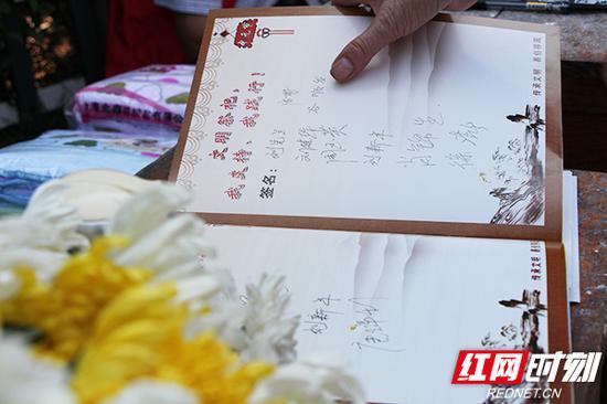 市民在文明祭祀签名册上签上自己的名字,承诺将以祭献鲜花的形式代替传统祭祀。
