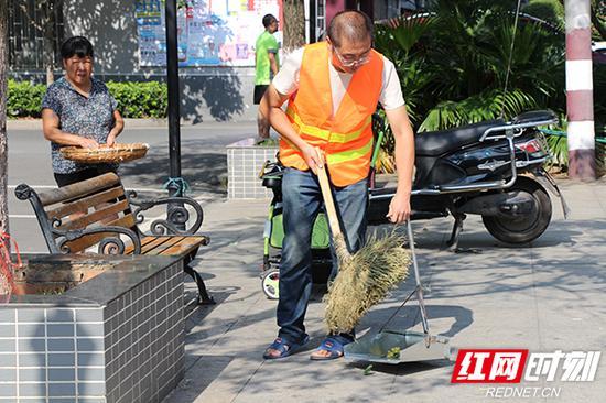 活动结束后,环卫工人及时将散落在地的花瓣打扫干净。