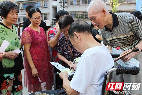 72岁的贺兵政爷爷帮邻居们写了近20张心愿贴。