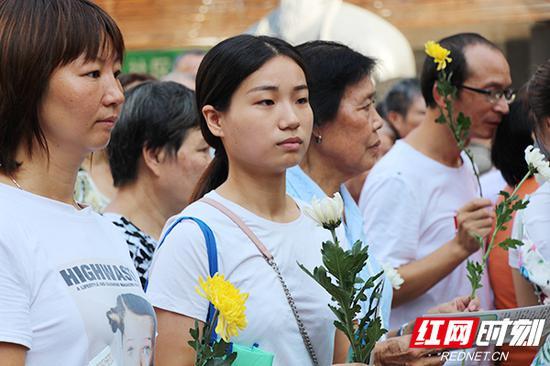 市民准备敬献鲜花。