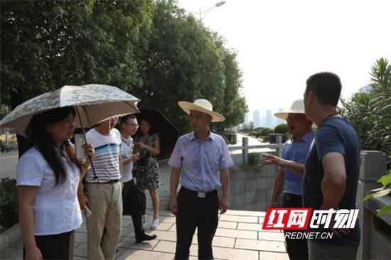 衡阳市石鼓区潇湘街道组织城管及社区工作人员约20余人,对蒸水南堤废弃市场进行处置。