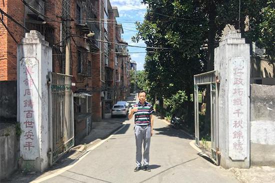 彭友生在衡阳毛纺厂家属房前留影。