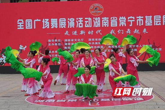 13支基层广场舞队伍在现场大展身手。