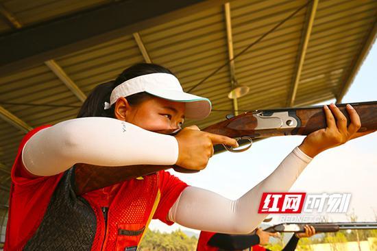 8月25日上午,全部运动员都进入梦东方射击(飞碟)中心进行赛前训练适应场地。