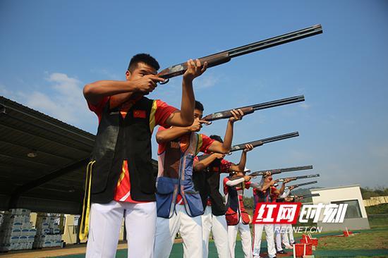 在飞碟靶场,运动员们冷静沉着地注视前方。