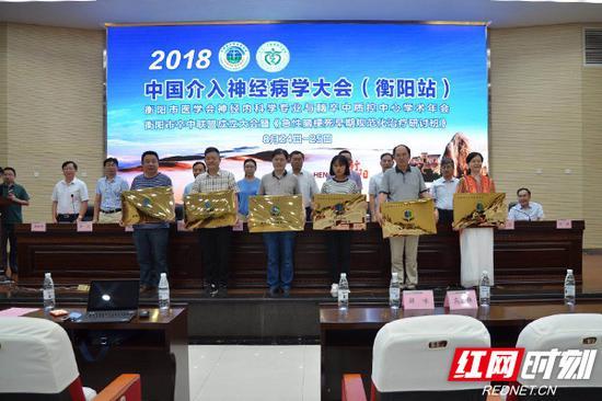 会上为首批6家联盟成员单位举行授牌仪式,颁发铭牌。
