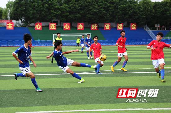青少年乙组男子足球比赛半决赛现场。