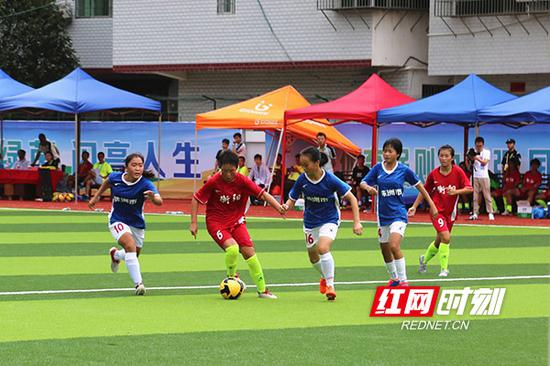 青少年乙组女子足球比赛半决赛现场。