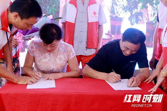 在滕志玉60岁生日这一天,她和老伴刘衷云在亲友的见证下共同签下器官捐赠书。