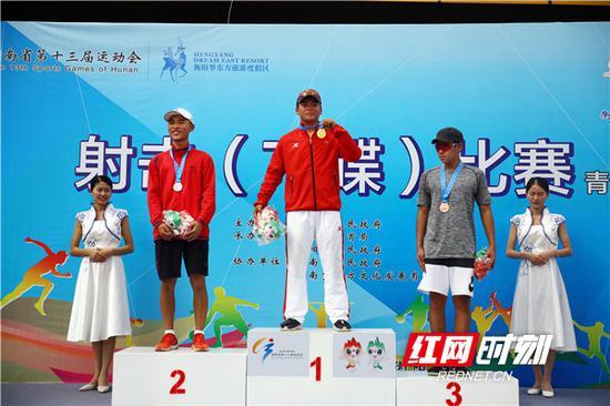 男子飞碟双向获奖选手合影。